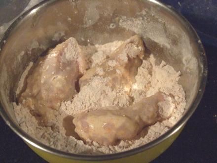 Aripioare picante KFC - Le trecem prin faina, lapte si iar faina