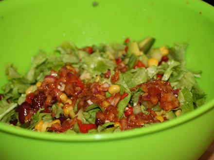 Salata mexicana - Turnam dressingul peste salata
